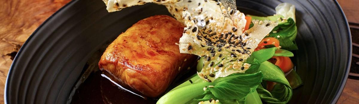 Sumec glazovaný v zázvoru s dušenou zeleninou, salátem z mořských řas a sezamovou tuile