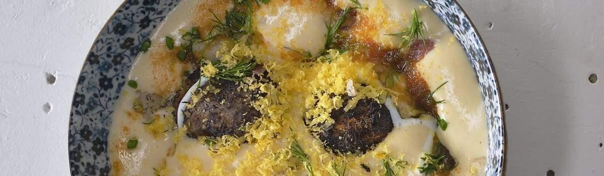 Brambory v popelu, uzená ryba, sušený žloutek a kefír stojí v Esce 225 korun.