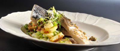 Kapr na modro, teplý bramborový salát s koprem, sardelová omáčka s kapary