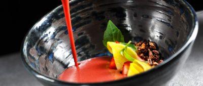 Řepné gazpacho, jahody, stracciatella, bazalka (Mlýnec)